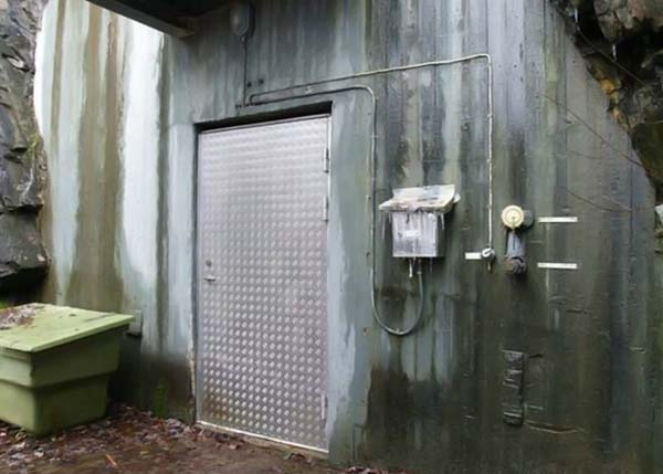 вход в бункер с герметичной дверью