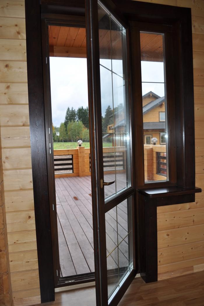 Деревянные балконные двери.