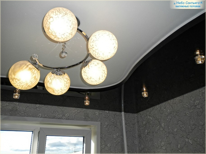 черно белый натяжной потолок на кухне фото