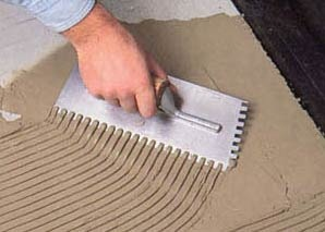 Нанесение клеевого состава плитка